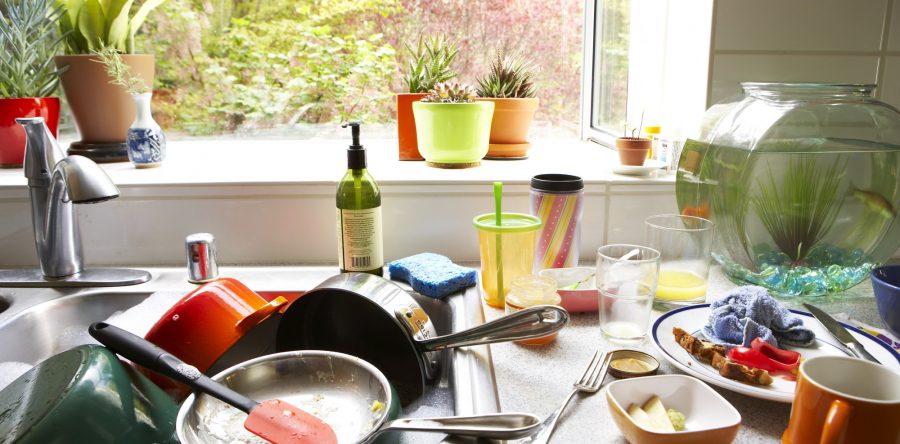 Por favor lava los platos. Los niños van a estar bien.