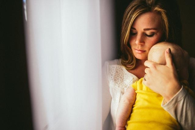 ¿Por qué las madres cargan a sus bebés del lado izquierdo?